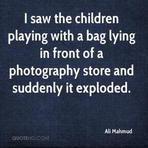 I saw the children playing with a bag lying in front of a photography store and suddenly it exploded.